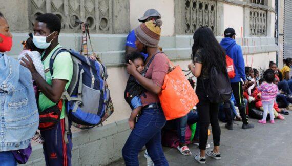 Las deportaciones violentas y racistas de refugiados haitianos van más allá de la palidez