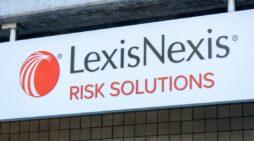 Estudiantes y defensores exigen a LexisNexis que finalice el contrato de ICE